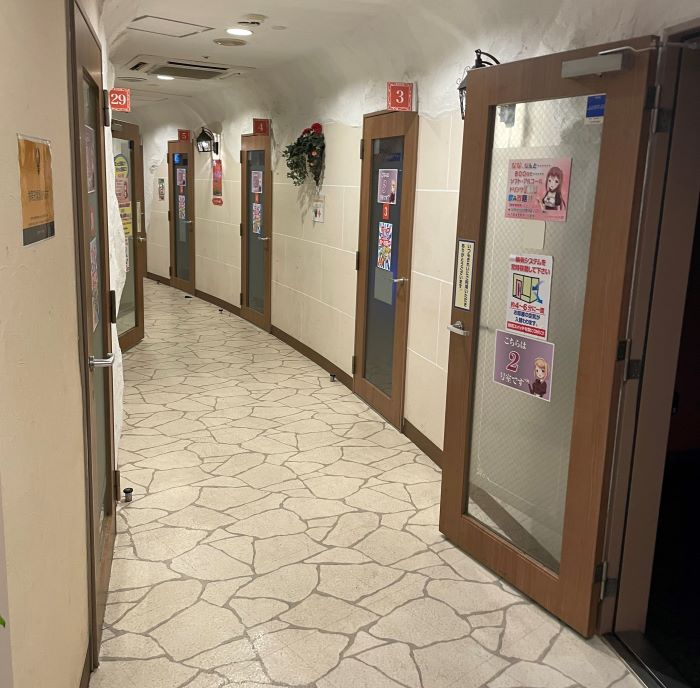★カラオケで部屋が並んでいる